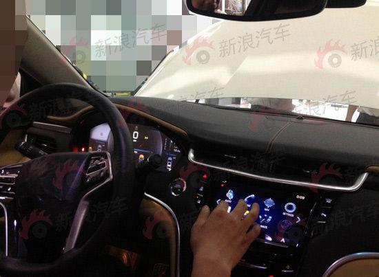 刀锋状的尾灯组和超宽的高位刹车灯都是凯迪拉克的典型设计,xts除了