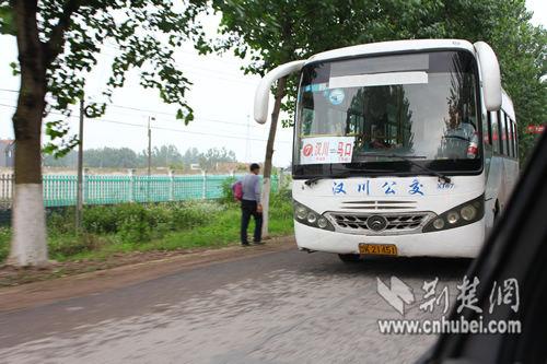 在市中心乘坐7路公交车可直达汉川火车站
