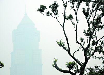 昨日,汉口佳丽广场被雾霾天气笼罩着。 记者 李葳 摄