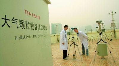 昨日,大气复合污染监测实验中心的工作人员在室外监测数据。记者 高宝燕 摄