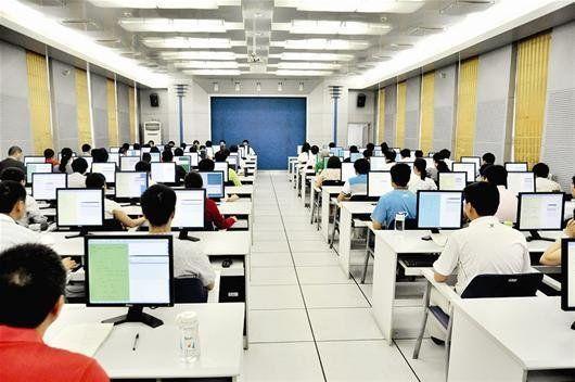 百余名教师在电脑前有条不紊地操作着,明亮的计算机房里只有不时的键盘敲击声。