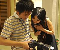 模特和摄影师反复确认拍摄效果