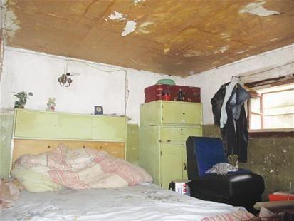 图为:狭小的房间里难以看到一件像样的家电 记者彭岚 实习生赵海红摄