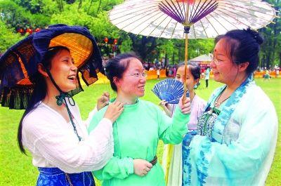 """昨日,""""汉服女孩""""穿着自己设计制作的汉服来到东湖祭祀现场."""