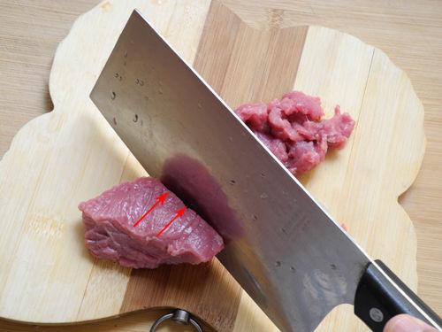 """切牛肉小技巧:""""横切牛肉,顺切鸡"""""""