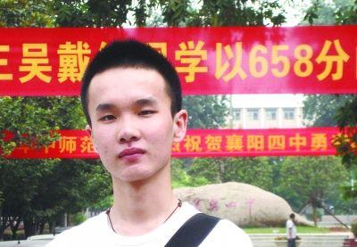吴戴维在学校内留影 图/记者 蔡晓智