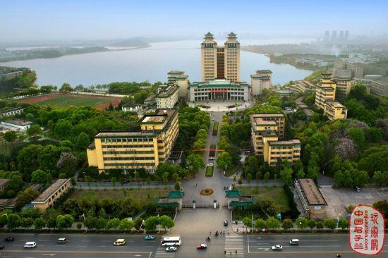 中南民族大学:南湖夕照