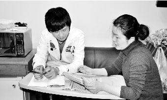 2012年3月22日,英语老师在病房对张文驰进行辅导。通讯员 章晟 摄