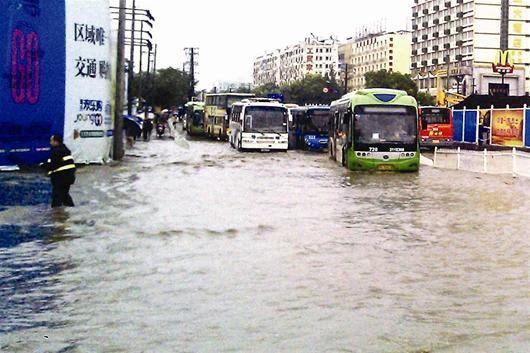 图为:汉阳大道与龙阳大道交会处渍水较为严重