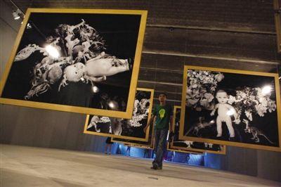 荒木经惟2012年的作品《堕乐园》将瓷娃娃、恐龙模型玩具和花朵放在一起,悲伤之感油然而生。