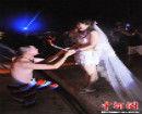 """福州新人办""""比基尼""""婚礼 亲友皆着泳装出席"""