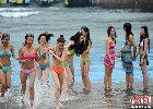 云南比基尼佳丽酷暑冲浪享清凉