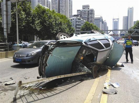 楚天金报讯 图为:侧翻出租车面目全非 (记者廖桥摄)
