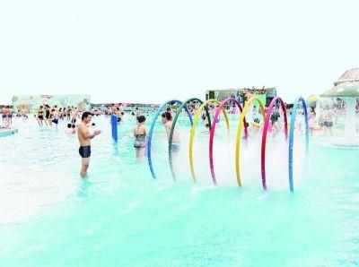 汉阳江滩泳池儿童区。