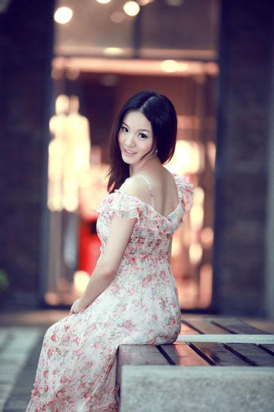 长裙唯美 在古镇发呆的文艺女子