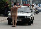 合肥男子当街全裸 半小时挥拳砸20辆车
