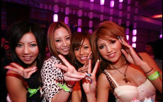 日本酒吧里的疯狂男女 穿着时尚懂生活 点击图片查看高清幻灯组图