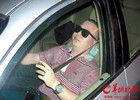 宝马司机无证酒驾被查 锁车门抽雪茄