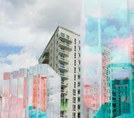 透过艺术品拍摄奥运村大楼