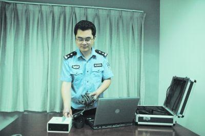"""测谎专家蔡晓东在操作测谎仪""""读心""""。记者陈勇 摄"""