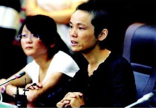 昨日,在广州军区武汉总医院会诊过程中,母亲周小红含泪感谢院方对女儿的关怀。本组图片 本报记者 孙辰 摄