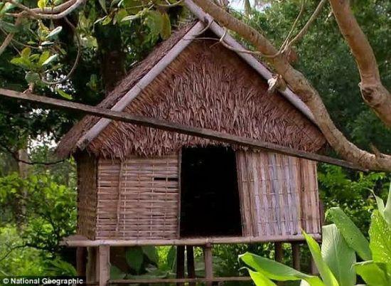 """柬埔寨人认为,应当允许年轻女孩花时间与男孩独处。15岁的Nang Wan,在她的""""爱的小屋""""前。就是在那里,她遇到了她的男朋友。"""