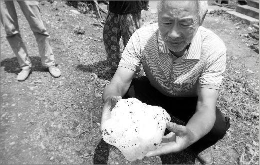 李美宪正在展示从天而降的冰块碎块。