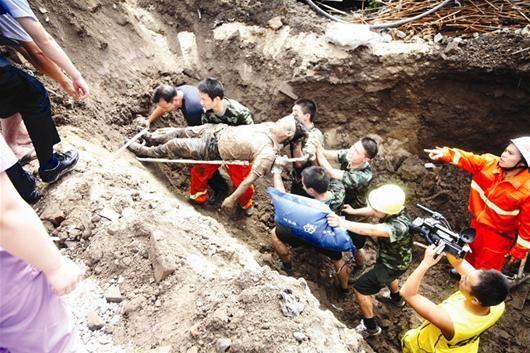 楚天都市报讯 图为:民工救出后被抬上担架