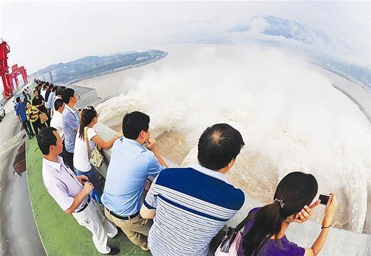 楚天都市报讯 图为:人们观看三峡水利枢纽泄洪深孔泄洪