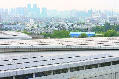 国博楼顶铺设了大面积的太阳能电池板。记者李少文 摄