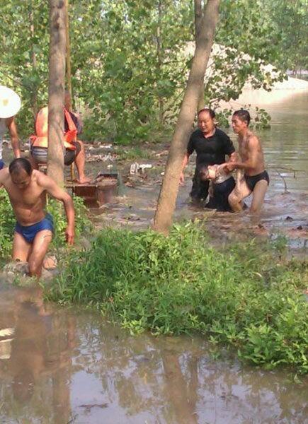 图为:救人遇险的女大学生,被闻讯赶来的村民捞上河岸(图为读者网上发布)