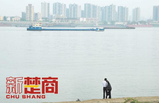《新楚商》杂志 记者   张泉薇   有种说法,城市的发展是越长大越孤单。   在中国,城市进程总是拿各种代价换的,比如宜居。不知何时起,一线城市在宜居这个话语权上已经遭遇了集体歧视,甚至有排行榜直接绕过一线城市谈宜居:   也就是在这个中国十大最宜居二线城市的排名中,武汉荣幸地位列第四。   武汉宜居吗?很多初来乍到的外地人往往给出的是否定的答案。   小尚是北方胖子,前年8月初抵武汉,行走过很多地方,没遇过这么有挑战的夏天:背着行包走出车站200米,就被江城蒸出了一身人油。此地