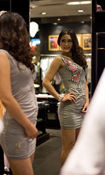 礼服裙衬托曼妙身材