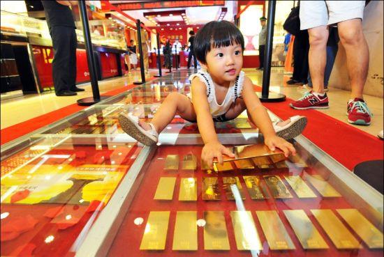图为小朋友在金砖铺道上玩耍。