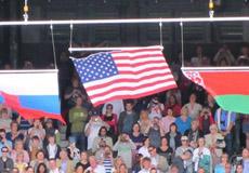 美国国旗被风吹走 小威郁闷