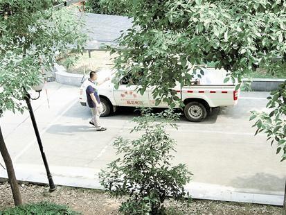 图为:期盼小区内设学车点的现象不再出现