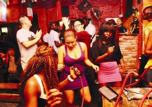 不同肤色的外国朋友们在酒吧里狂欢