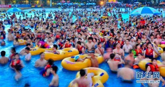 市民在武汉市玛雅水上乐园纳凉消暑