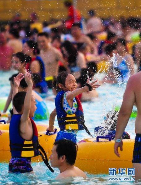 小朋友在武汉市玛雅水上乐园戏水