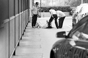 女子裸体躺在中央电视台门前车顶 被安保人员控制(图)