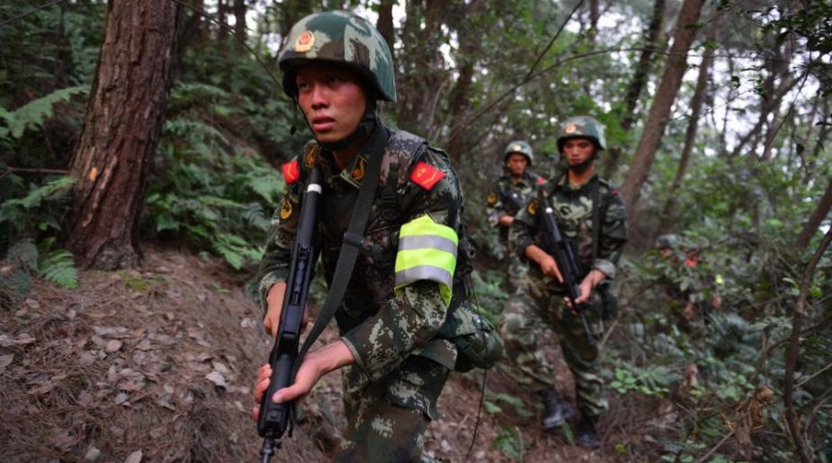 重庆警方荷枪实弹围捕枪击案劫匪