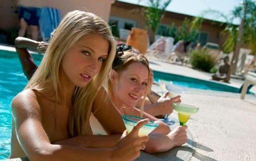 小区居民在泳池边交谈