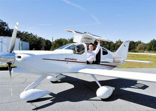 鄂产私人飞机年底下线,24个订单襄阳占6个。梁储荣试驾两座的tango私人飞机