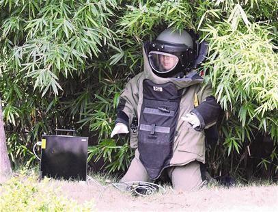 图为:排爆警察现场处理 记者刘中灿摄