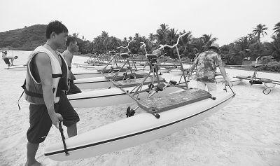 海南省气象台昨天发布台风橙色预警,涉海旅游项目全部暂停营业。海南三亚蜈支洲岛景区工作人员将水上自行车搬至岸上。