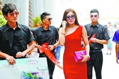 征婚女子及三名保镖。记者金振强摄