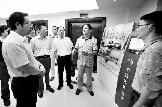 昨日,武汉市副市长刘立勇(前排左一)调研出租车电召平台。通讯员 李钧 摄