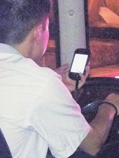公交司机在看手机。图片来自网络