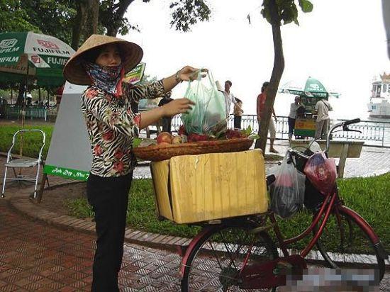 虽然在街头没能如愿看到婀娜飘渺的越南国服,但尖顶帽仍然比比皆是。