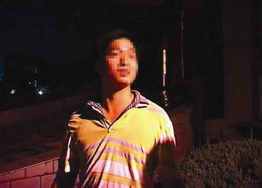 图为:李茂林连夜接受记者采访